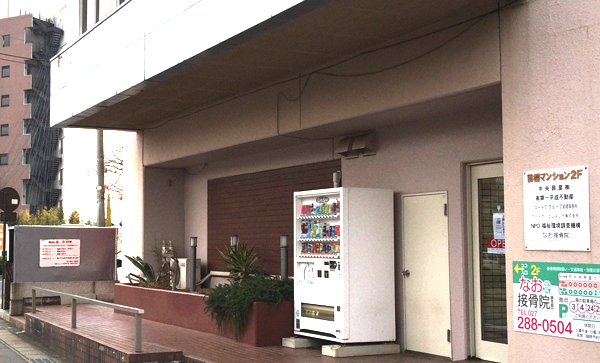 4.入口(サンダーソンホテルの道路挟んだ向かい側)