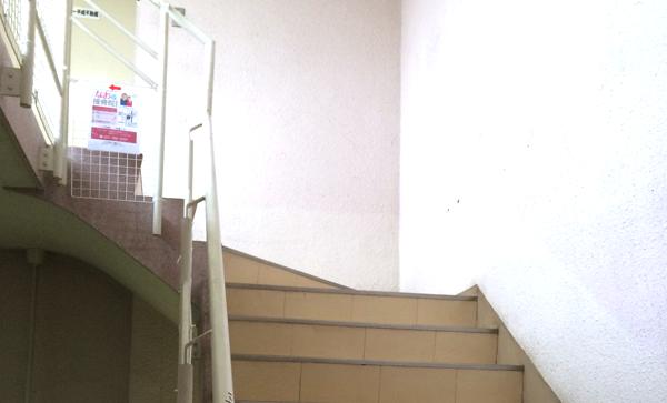 5.建物内の階段を上ってください