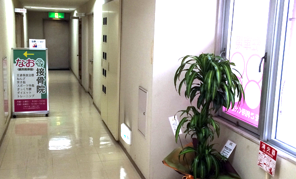 6.階段を上がったところの渡り廊下と内看板